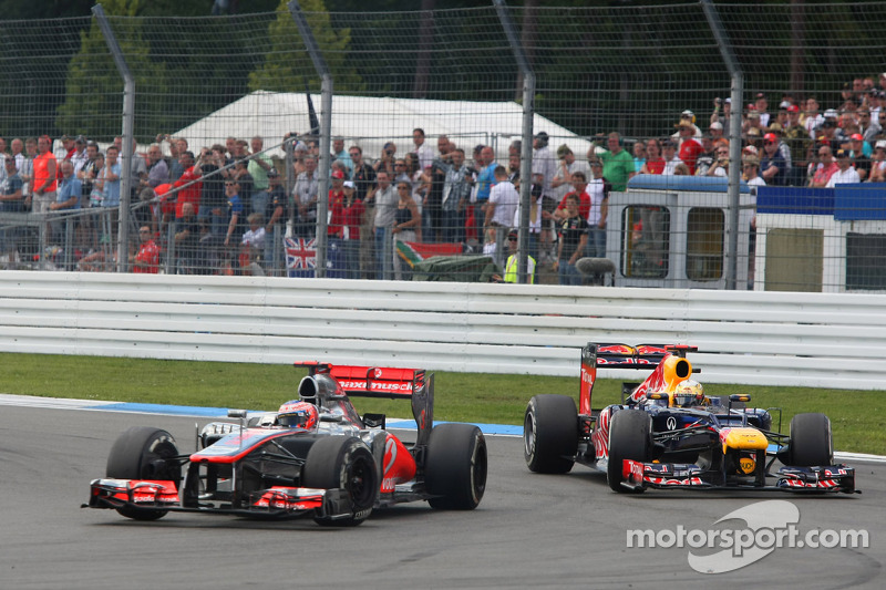 Sebastian Vettel, Red Bull Racing, inhaalbeweging op Jenson Button, McLaren Mercedes