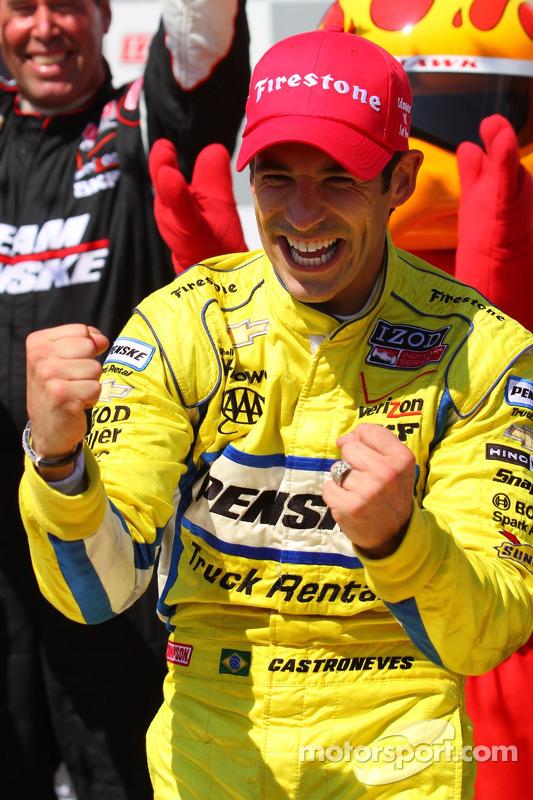 Victory lane: race winner Helio Castroneves, Team Penske Chevrolet