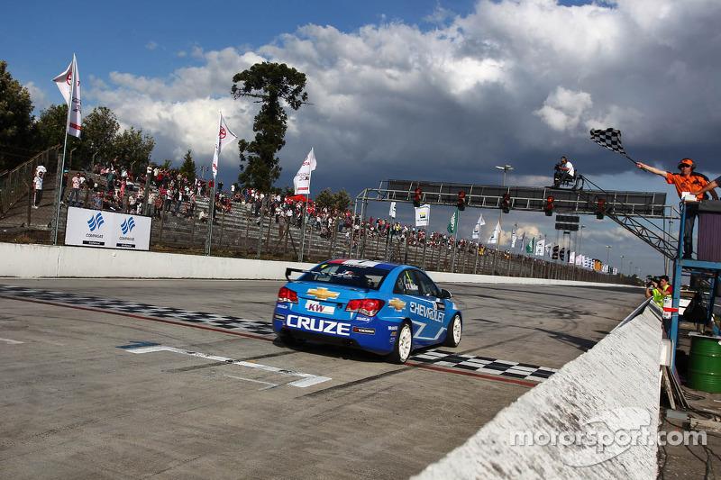 Yvan Muller, Chevrolet Cruze 1.6T, Chevrolet pakt overwinning