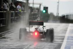 Lewis Hamilton, McLaren verlaat de pits in de regen