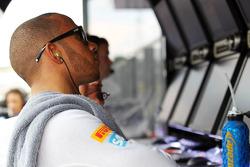 Lewis Hamilton, McLaren on the pit gantry