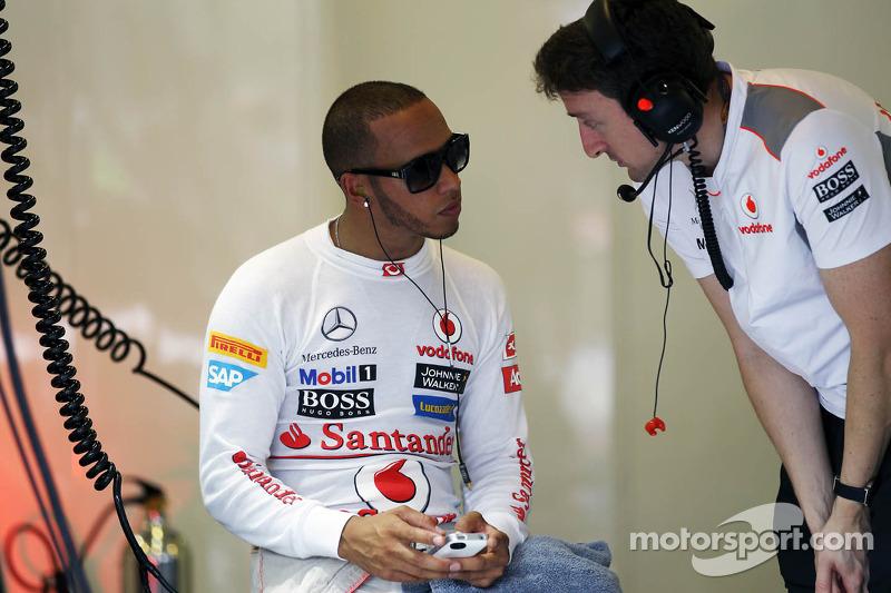 Lewis Hamilton, McLaren op smartphone in de pits