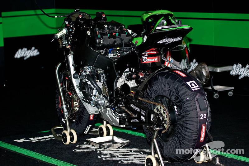 Loris Baz's moto wordt ontmanteld