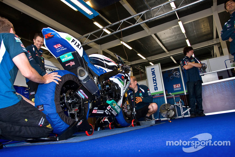 Suzuki Team work on the bike