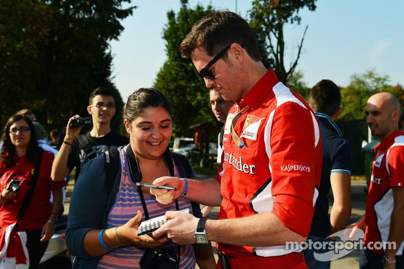 Rob Smedley, Ferrari Race Engineer signeert handtekeningen voor de fans