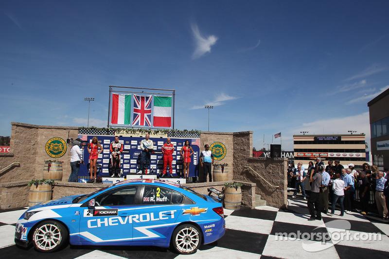 Robert Huff, Chevrolet Cruze 1.6T, Chevrolet winnaar en 2de plaats Norbert Michelisz, BMW 320 TC, Zengo Motorsport en 3de Gabriele Tarquini, SEAT Leon WTCC, Lukoil Racing Team