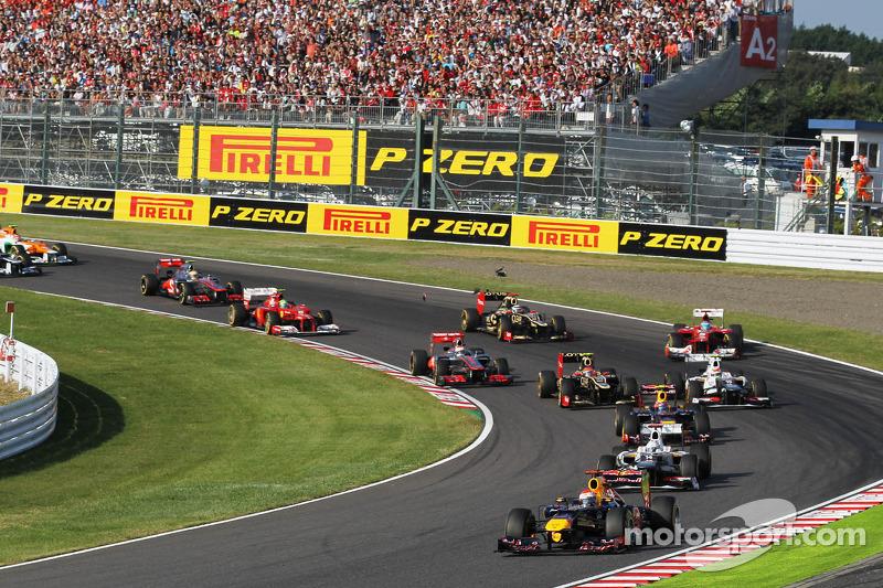 Sebastian Vettel, Red Bull Racing aan de leiding bij de start, Fernando Alonso, Ferrari crasht na co