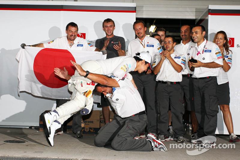 Kamui Kobayashi, Sauber vierde derde plaats met Beat Zehnder, Sauber F1 Team Manager en het team