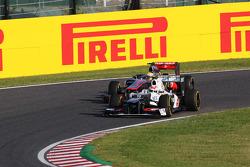Lewis Hamilton, McLaren y Sergio Pérez, Sauber luchan por la posición