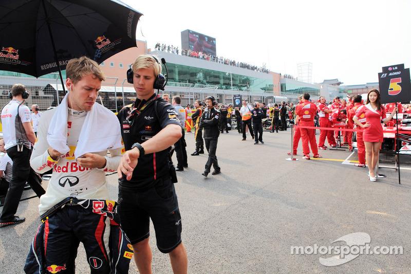 Sebastian Vettel, Red Bull Racing met Heikki Huovinen, Personal Trainer op de grid