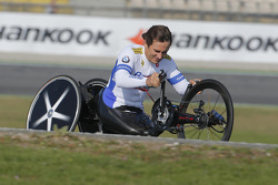 Alex Zanardi avec son vélo à main en piste