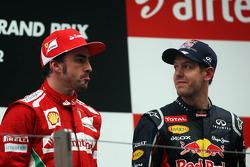 Fernando Alonso, Ferrari con el ganador de la carrera Sebastian Vettel, Red Bull Racing en el podio