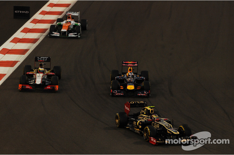 Romain Grosjean, Lotus F1 voor Sebastian Vettel, Red Bull Racing; Pedro De La Rosa, HRT Formula 1 Team en Paul di Resta, Sahara Force India