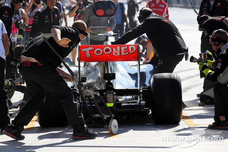 Lewis Hamilton, McLaren in de pits