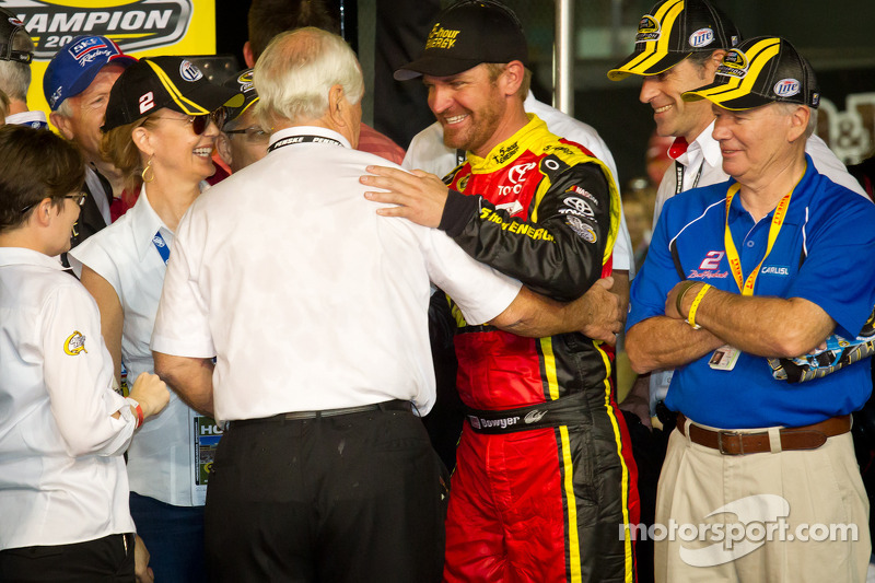 Championship victory lane: Roger Penske congratulated by Clint Bowyer, Michael Waltrip Racing Toyota