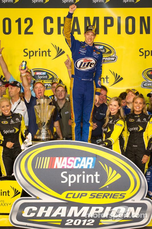 Victory lane: 2012 NASCAR Sprint Cup Series kampioen Brad Keselowski, Penske Racing Dodge viert