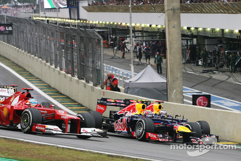 Fernando Alonso, Ferrari, Mark Webber, Red Bull Racing en Sebastian Vettel, Red Bull Racing bij de start va de race