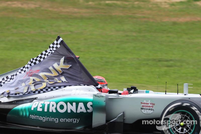 Michael Schumacher, Mercedes AMG F1, con una bandera de agradecimiento.