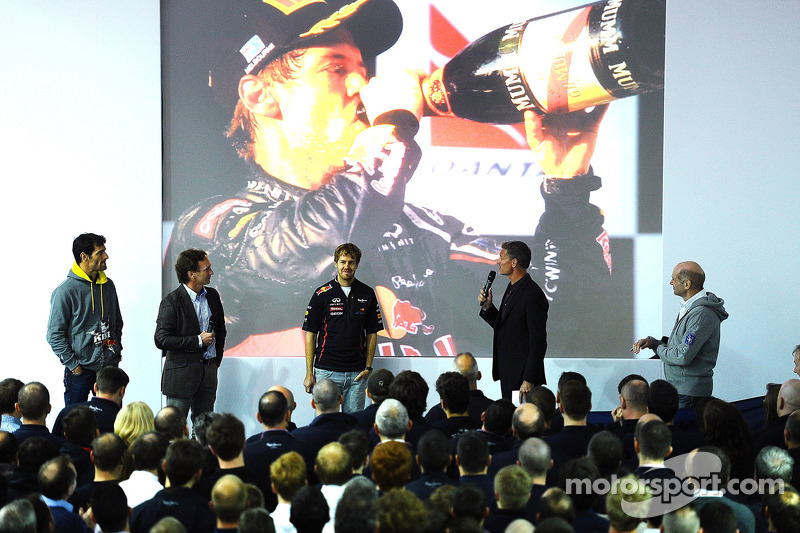 Sebastian Vettel en Mark Webber, Red Bull Racing op podium met David Coulthard, Adrian Newey en Christian Horner