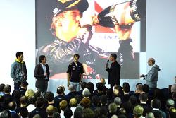Sebastian Vettel ve Mark Webber, Red Bull Racing sahnede ve David Coulthard, Adrian Newey ve Christian Horner