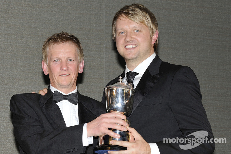 Ryan Dalziel krijgt trofee van Dave Forster en de SMRC
