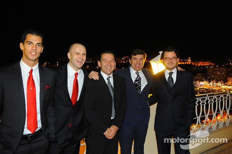 Ferrari groepsfoto inclusief rijders Federico Leo, Gianmaria Bruni, Batti Pregliasco, Jesus Pareja en Cristiano Michelotto