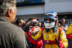 Il vincitore Giuliano Alesi, Trident, con il padre, Jean Alesi
