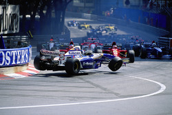 Start kazası - Monaco Grand Prix, 1995: David Coulthard, Williams-Renault, Gerhard Berger ve Jean Alesi'nin Ferrari'leri arasında sıkışıyor