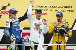 Подиум: победитель гонки и чемпионата Валентино Росси, второе место – Сете Жибернау, третье место – Макс Бьяджи