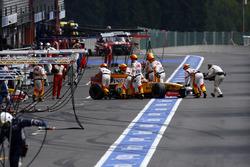 Fernando Alonso, Renault Sport F1 Team R29 regresa a los pits y se retira de la carrera