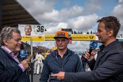 Гонщик Red Bull Racing Макс Ферстаппен и эксперт ARD-TV Норберт Хауг