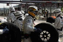 Guy Martin si unisce alla pit crew del team Williams F1 durante la gara