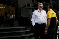 Ross Brawn, manager sportif de la F1 et Cyril Abiteboul, directeur général Renault Sport F1 près du motorhome McLaren