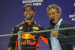 Podium: deuxième place Daniel Ricciardo, Red Bull Racing, Eddie Jordan