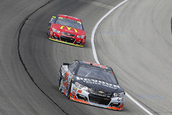 Michael McDowell, Leavine Family Racing Chevrolet and Jamie McMurray, Chip Ganassi Racing Chevrolet