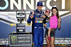 1. Kyle Busch, Joe Gibbs Racing Toyota, mit Ehefrau Samantha und Sohn Brexton
