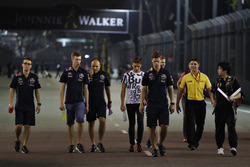 Daniil Kvyat, Red Bull Racing y Pierre Gasly caminan con el equipo por el circuito