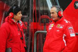 Hirohide Hamashima, Head of Bridgestone Tyre Development con Luigi Mazzola, Ferrari Test Team Manager