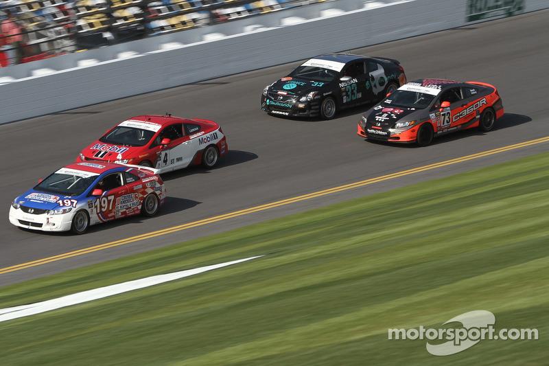 Een groep auto's op de baan