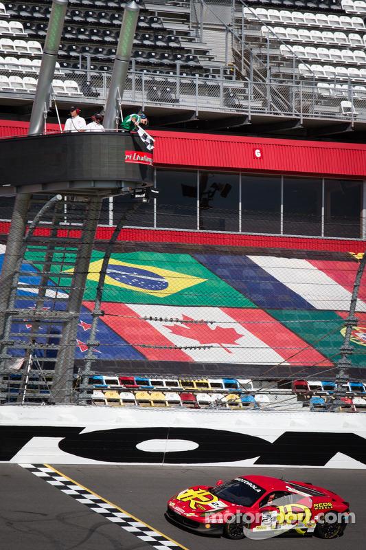 #24 Auto Gallery Ferrari 458: Carlos Kauffmann recebe a bandeirada, vencendo a corrida