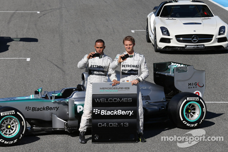 Льюіс Хемілтон і Ніко Росберг із новим Mercedes AMG F1 W04 презентують нового спонсора команди - Blackberry