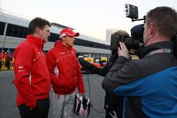 Max Chilton, Marussia F1 Team, und Graeme Lowdon, Geschäftsführer, mit der Presse