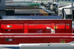 Caminhão da Ferrari no Paddock