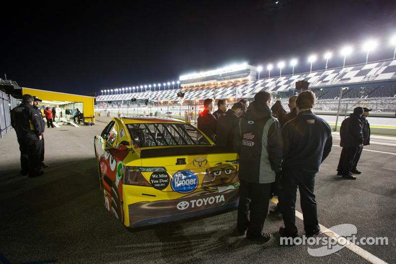 De auto van Kyle Busch, Joe Gibbs Racing Toyota bij de controle na de race