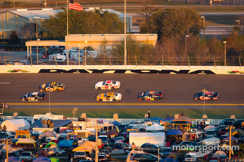Tom Hessert e Mark Thompson lidera grupo de carros