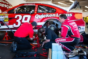 Ryan Newman, Stewart-Haas Racing Chevrolet and Stewart-Haas Racing Chevrolet crew members work on his wrecked car