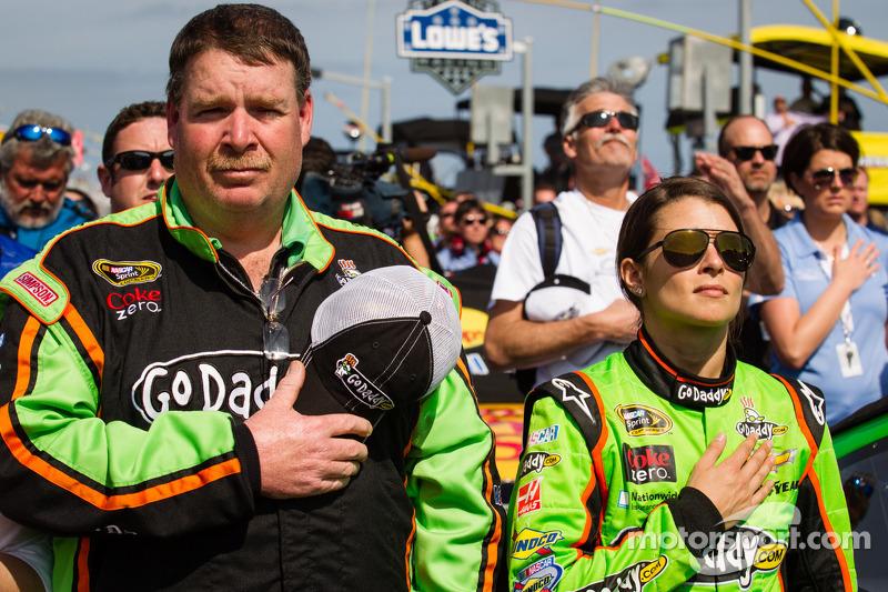 Danica Patrick, Stewart-Haas Racing Chevrolet met crew chief Tony Gibson tijdens het volkslied