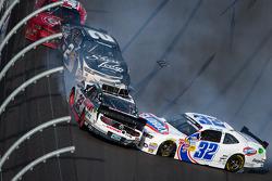 Last lap crash: Brad Keselowski, Kyle Larson, Brian Scott crash