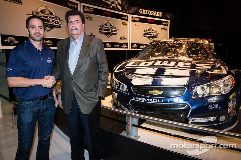 2013 Daytona 500-winnaar Jimmie Johnson, Hendrick Motorsports Chevrolet, met NASCAR President Mike H