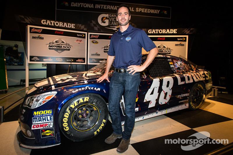 2013 Daytona 500-winnaar Jimmie Johnson, Hendrick Motorsports Chevrolet, poseert met zijn auto